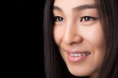 Plan rapproché de femme asiatique de sourire dans le studio photos libres de droits
