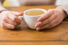 Plan rapproché de femme avec la tasse de café en café Image libre de droits