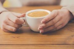 Plan rapproché de femme avec la tasse de café en café Photos libres de droits