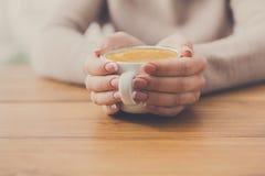 Plan rapproché de femme avec la tasse de café en café Images libres de droits