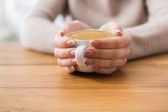 Plan rapproché de femme avec la tasse de café en café Photographie stock