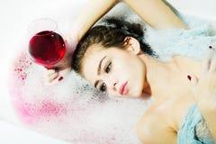 Plan rapproché de femme avec le verre dans le bain Images stock