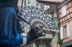 Plan rapproché de femme Costumed avec la fan au défilé vénitien dans Riquewihr en Alsace Images stock