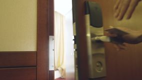 Plan rapproché de femme d'affaires dans la porte ouverte de chambre d'hôtel de costume utilisant la carte principale sans contact banque de vidéos