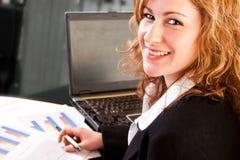 Plan rapproché de femme d'affaires dans le bureau photo stock