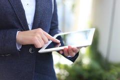 Plan rapproché de femme d'affaires tenant le comprimé numérique Images stock