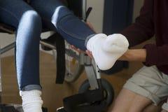Plan rapproché de femme dans le fauteuil roulant obtenant l'aide Photo libre de droits