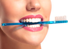 Plan rapproché de femme de sourire avec les dents blanches parfaites Photo stock