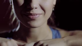 Plan rapproché de femme de sourire de forme physique banque de vidéos