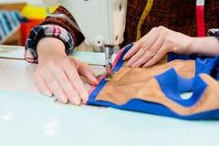 Plan rapproché de femme des employés d'usine d'habillement Photo stock