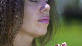 Plan rapproché de femme en parc de prière d'extérieur de pose, gratitude envers Dieu, temple intérieur banque de vidéos