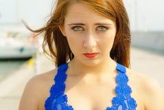Plan rapproché de femme faisant le visage triste photo stock