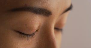 Plan rapproché de femme japonaise fermant ses yeux images stock