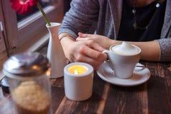 Plan rapproché de femme se reposant au café avec la tasse de café Photographie stock
