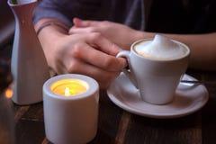 Plan rapproché de femme se reposant au café avec la tasse de café Photographie stock libre de droits