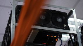 Plan rapproché de ferme de extraction Dispositifs d'ordinateur électronique avec des fans et des processeurs graphiques avec les  image stock