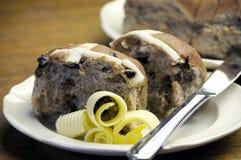 Plan rapproché de festin traditionnel de Pâques, petits pains croisés chauds Images stock