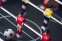 Plan rapproché de figurine du football sur le jeu de football de table de foosball Photographie stock