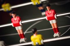 Plan rapproché de figurine du football sur le jeu de football de table de foosball Photographie stock libre de droits