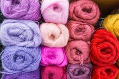 Plan rapproché, de fil coloré de mohair pour tricoter, écheveaux dans le pourpre, p Image libre de droits