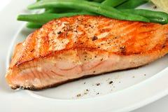 Plan rapproché de filet saumoné grillé avec les haricots verts Image libre de droits