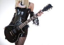 Plan rapproché de fille avec l'électro guitare noire Photographie stock libre de droits