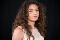 Plan rapproché de fille avec la coiffure onduleuse bouclée de brune images libres de droits