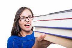 Plan rapproché de fille d'étudiant tenant le groupe de livres Images libres de droits