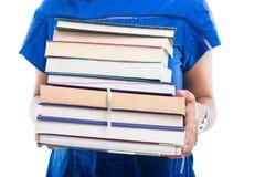 Plan rapproché de fille d'étudiant tenant le groupe de livres Photographie stock libre de droits