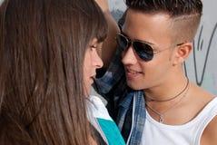 Plan rapproché de flirt de jeune mode urbaine de couples Image libre de droits