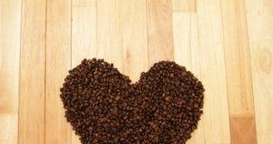 Plan rapproché de forme de coeur fait à partir des grains de café clips vidéos