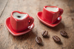 Plan rapproché de former la tasse de coeur de café avec le decorat de grains de café Images stock