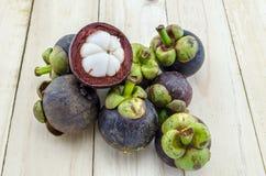 Plan rapproché de fruit d'été de mangoustan de la reine des fruits sur le fond en bois Photos stock