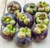 Plan rapproché de fruit d'été de mangoustan de la reine des fruits sur le fond en bois Images libres de droits