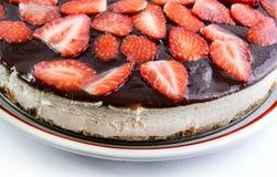 Plan rapproché de gâteau au fromage de fraise d'isolement Images stock