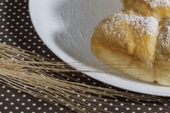 Plan rapproché de gâteau et de blé Images libres de droits