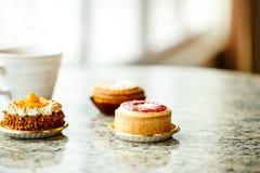 Plan rapproché de gâteau et de tasse de café délicieux Photo stock