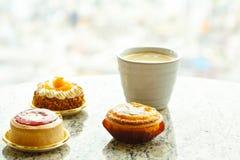 Plan rapproché de gâteau et de tasse de café délicieux Photo libre de droits