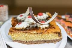 Plan rapproché de gâteau savoureux avec la gelée, les frites de chocolat et les fruits desserts dans le restaurant Dessert - gâte photographie stock libre de droits