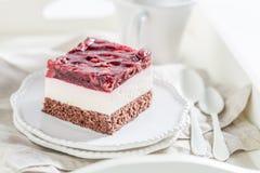 Plan rapproché de gâteau savoureux de cerise de gelée du plat blanc images libres de droits