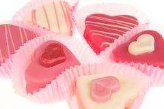 Plan rapproché de gâteaux en forme de coeur roses de petits fours vus du côté Photos libres de droits