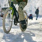 Plan rapproché de garçon avec la bicyclette Photographie stock