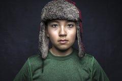 Plan rapproché de garçon dans le chapeau velu images libres de droits
