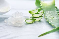 Plan rapproché de gel de Vera d'aloès Cosmétiques organiques naturels découpés en tranches de renouvellement d'Aloevera, médecine Photographie stock libre de droits