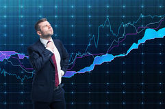 Plan rapproché de gestionnaire de portefeuille réussi dans le costume formel Un concept de processus décisionnel dans les finance photo libre de droits