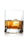 Plan rapproché de glace avec le whiskey photos stock