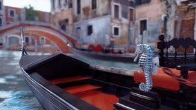 Plan rapproché de gondole vénitienne vide sur le canal de Venise banque de vidéos