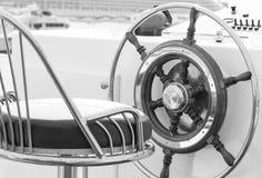 Gouvernail de direction de yacht en noir et blanc photos libres de droits