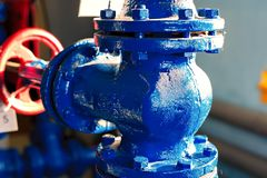 Plan rapproché de grand diamètre de tuyau de gaz de pièce en t Fond industriel photos stock