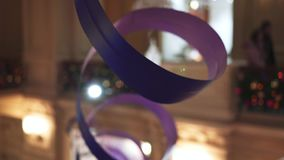 Plan rapproché de grand long ruban violet courbé sur le fond du magasin de GOMME banque de vidéos
